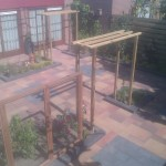 nieuw aangelegd terras met pergola's